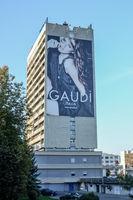 Mode-Werbung an einem Plattenbau