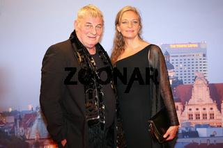 Heinz Hoenig mit Lebensgefährtin Gabriele Lechner auf dem Roten Teppich anläßlich der Gala zum 10.GRK Golf Charity Masters Leipzig 2017