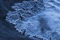 Eisformationen in einem Bach, Lappland