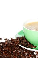 Halbe Kaffeetasse mit Kaffeebohnen