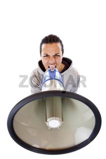 Dunkelhäutiger junger Demonstrant brüllt wütend ins Megaphone.Freigestellt auf weissem Hintergrund.