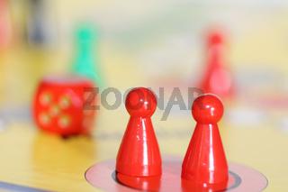 Spiel Figuren und Würfel auf einem Spielbrett