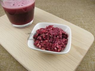 Frischer leckerer Granatapfelsaft und Granatapfeltrester