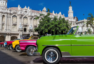 Amerikanische Cabriolet Oldtimer parken in der Altstadt von Havanna Kuba
