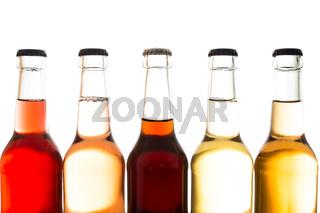 Limonaden und Cola in Flaschen aus Glas