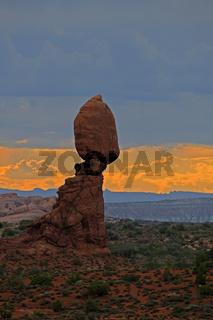 Balanced Rock bei Sonnenuntergang und aufziehendem Gewitter, Arches  Nationalpark, Utah, USA, Suedwesten