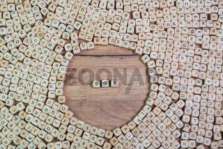 SOS Buchstaben Würfel auf einem Holzbrett