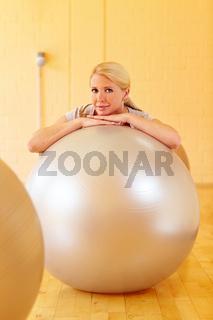 Frau mit Gymnastikbällen