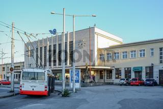 Moderner Trolleybus am Bahnhof von Banska-Bystrica