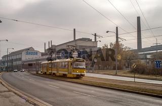 Straßenbahn vor den Skoda-Werken in Pilsen