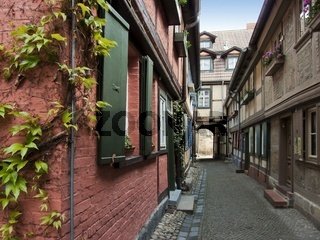 Fachwerkhäuser in einer Seitengasse in der Altstadt von Quedlinburg