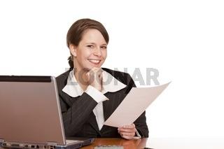 Junge glückliche Frau im Büro hält Vertrag in Händen