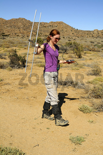 Forscher der Scculent Karoo Forschungssation bei der Telemetrierung von Streifenmäusen im Feld