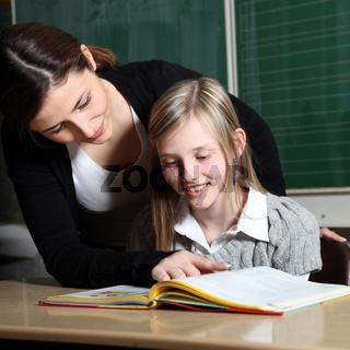 Lehrerin und Schülerin im Klassenzimmer lernen gemeinsam-quadratisch