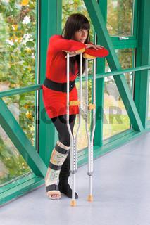 Frau mit Gipsbein und Krücken im Krankenhaus