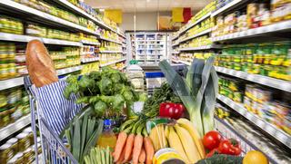 Einkaufswagen mit gesunden Lebensmitteln im Supermarkt