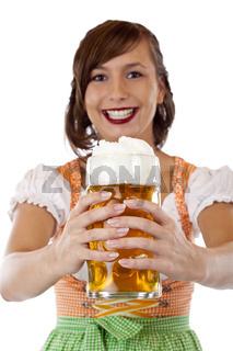 Hübsche Frau im Dirndl lacht und hält Oktoberfest Masskrug  Bier. Freigestellt auf weissem Hintergrund.