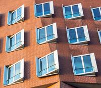 Ausschnitt Fassade mit Fenster und Sichtmauerwerk