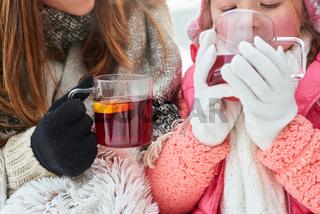 Durstiges Kind trinkt eine Tasse Tee