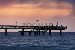 Angler auf der Seebrücke Rerik, Deutschland