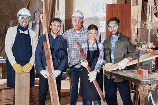Team mit Handwerker und Lehrling