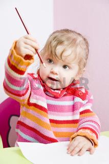 Kleinkind schaut Stift an