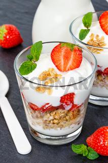 Erdbeer Joghurt Erdbeerjoghurt Erdbeeren Glas Früchte Müsli Hochformat Schieferplatte Löffel Frühstück