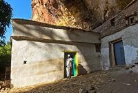 Priester am Eingang zur Felsenkirche Maryam Papaseyti, Gheralta Region, Tigray, Äthiopien