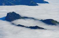 Der Bürgenstock ragt aus dem Nebelmeer über dem Vierwaldstädter See, bei Luzern, Schweiz