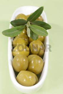 Grüne Oliven mit Zweig