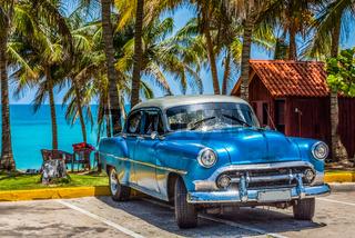 HDR - Amerikanischer blauer Oldtimer parkt am Strand von Varadero Kuba - Serie Cuba Reportage