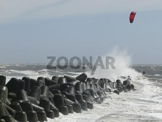 Kitesurfer an den Tetrapoden vor Sylt