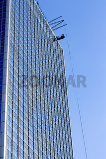 Hochhaus mit Fensterputzern - High-rise building with window washers