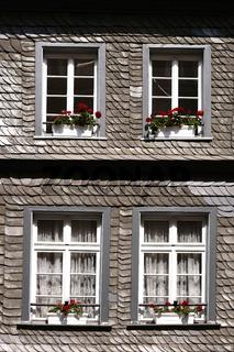 Schindeldach mit Dachfenstern