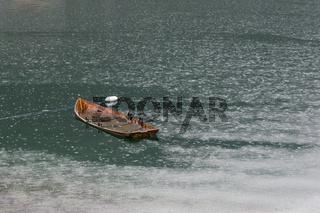 Versunkenes Ruderboot im Näroyfjord, Norwegen