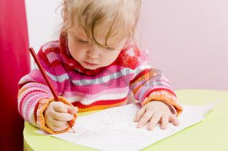 Mädchen malt konzentriert