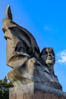 Sozialistische Revolutionskunst: Überlebensgroße Skulptur im Berliner Ernst-Thälmann-Park