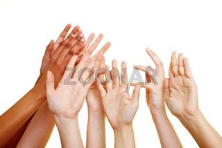 Verzweifelte Hände greifen nach oben