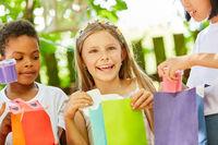 Glückliches Mädchen freut sich über ein Geschenk