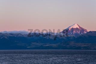See Lago Huechulafquen mit dem Vulkan Lanin bei Sonnenaufgang, Argentinien, Lake Lago Huechulafquen with Vulcan Lanin at sunrise