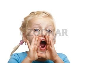 Junges blondes Mädchen schreit laut