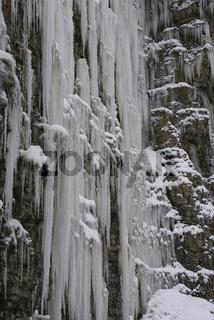 Eiszapfen im Muschelkalksteinbruch, Schwaebisch Hall, Deutschland