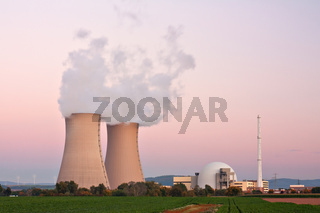 Kernkraftwerk Grohnde in Niedersachsen bei Nacht