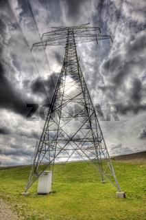 Wolkenhimmel und Strommast