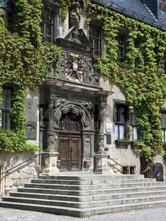 Rathaus zu Quedlinburg mit Säulenportal und Wappen