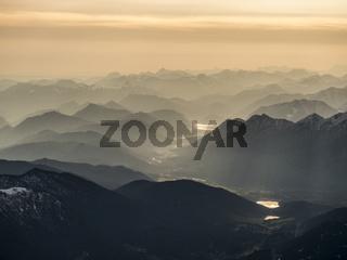 Luftbild von den Alpen bei Sonnenaufgang