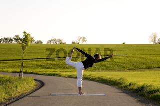 Frau macht Yoga Übungen