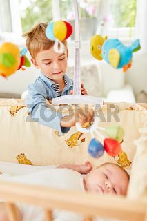Bruder kümmert sich fürsorglich um Baby