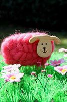Rosa Schaf auf einer Blumenwiese