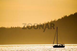 Segelboot im Abendlicht
